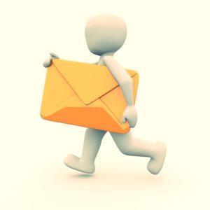 Männchen in leicht orange läuft mit kräftig orangefarbenem Briefumschlag, dessen Öffnung nach unten zeigt.