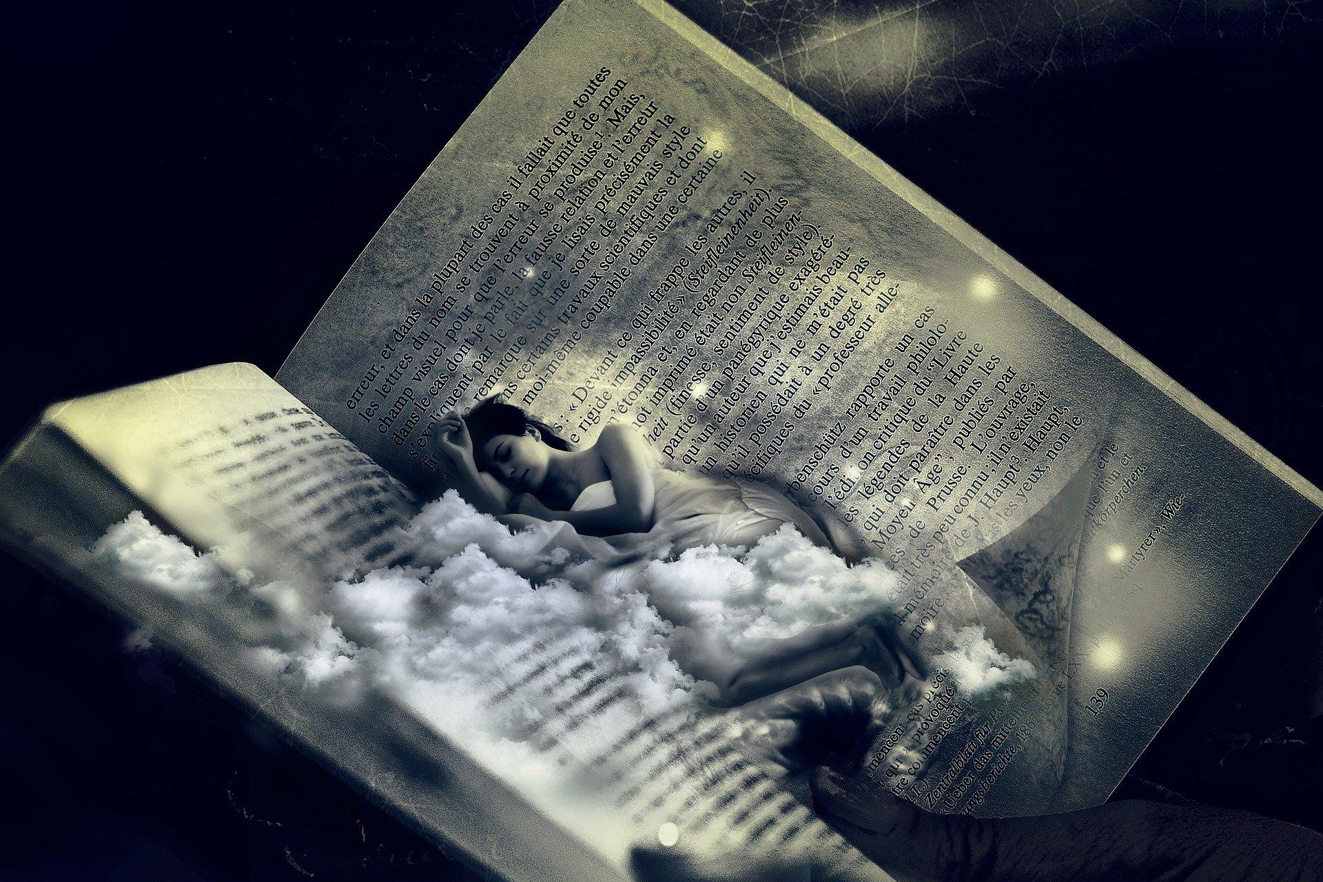 Psychologische Traumdeutung: Eine Fotomontage zeigt eine Frau, die in einem aufgeschlagenen Buch schläft.