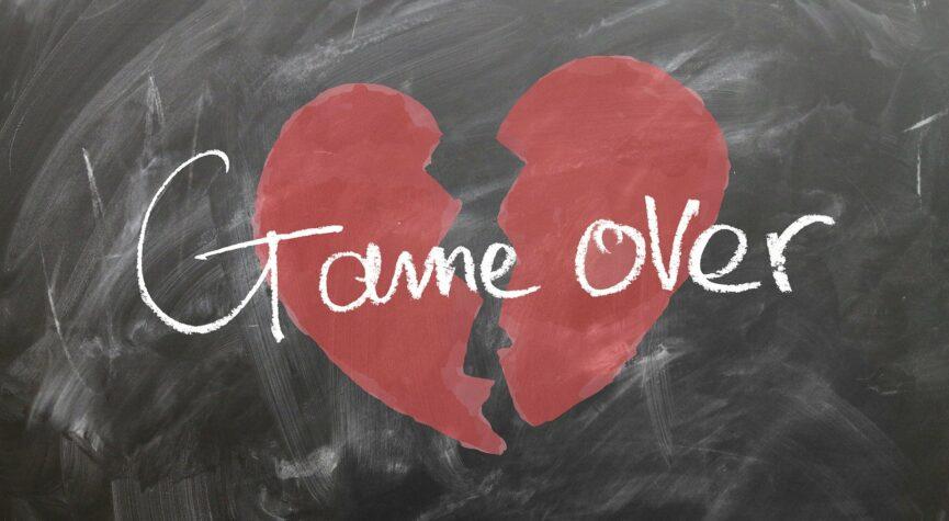 Akzeptieren: Tafel mit zerbrochenem roten Herz. Schrift: Game over